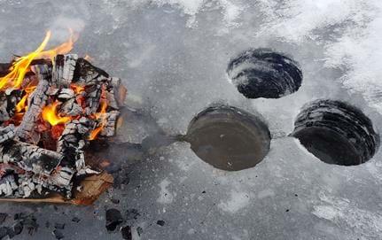 Brasa på isen med dränering för vattnet