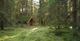 Genuint boende utan el i Urnaturs skogseremitage