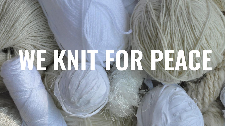 Utställningen We Knit for Peace visas på stan!