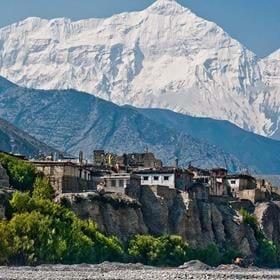 Lowe Knopp berättar och visar bilder om Nepal. Skyhöga bergstoppar, fattig men vänlig befolkning. Hinduism och buddism i en salig blandning.