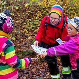 Familjer träffas för uteaktiviteter en lördag ca var fjärde vecka. Barn och vuxna tillsammans får träffa nya kompisar, lära om naturen och göra roliga saker tillsammans.