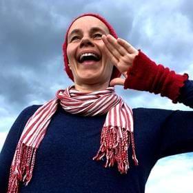 Kulning är en gammal lockteknik som användes på fäbodarna förr för att kommunicera över långa avstånd. Karin Lindström Kolterud går igenom grunderna och lockar fram kraften i din röst.