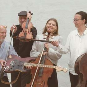 """Kvartett Konstig bjuder på en ovanlig resa i den klassiska musiksfären.  Den """"konstiga"""" sättningen består av kontrabas, cello, fiol och elgitarr.  Musik av bl.a. Bach, Mozart, Faure och Saint-Saëns arrangeras och skräddarsys av bandledaren Tina Muto för Kvartett Konstig.  Välkomna till vår resa dä"""