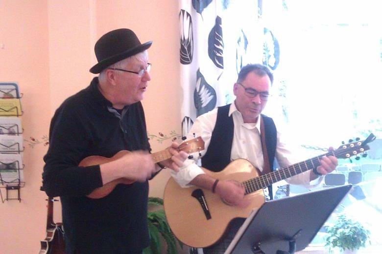 Musik och sång med Bosse och Uffe. Vi serverar kaffe och smörgås.