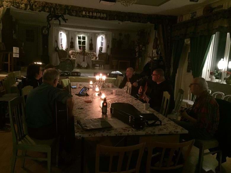 Bluegrassjammare från Sveriges många hörn ser Teater Klämman som ett nav och samlas för att spela bluegrass och ibland Oldtime tillsammans. Naturligtvis kan du komma som gäst och endast lyssna dessa kvällar. En samlingspunkt för bluegrassjam vid 7 tillfällen.
