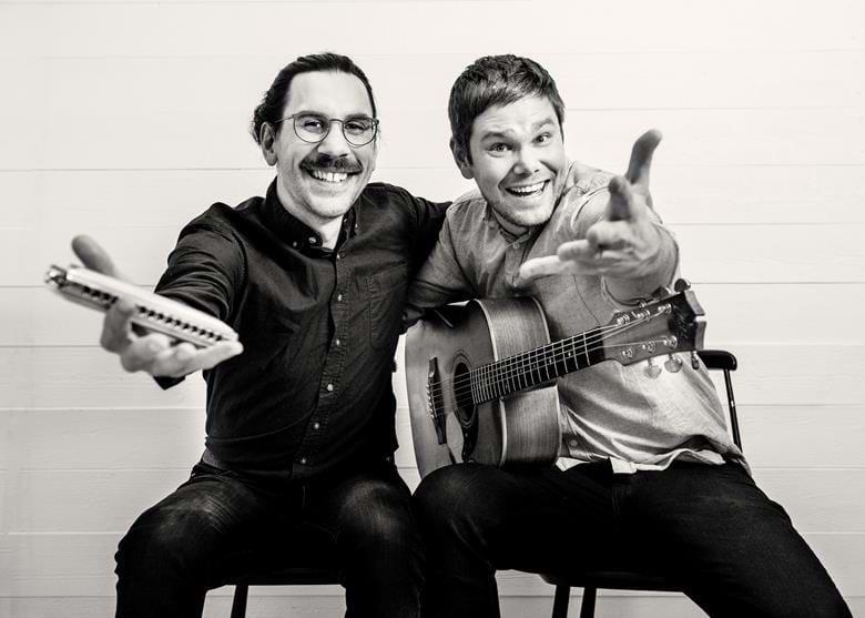 Den flerfaldiga världsmästaren på munspel, Filip Jers åter på Klämman tillsammans med gitarrvirtuosen Emil Ernebro. Denna duo har anlitats många gånger av Fridals Kf och tycker man om härlig musik, superproffs som spelar på absolut högsta nivåså kan man inte missa detta.