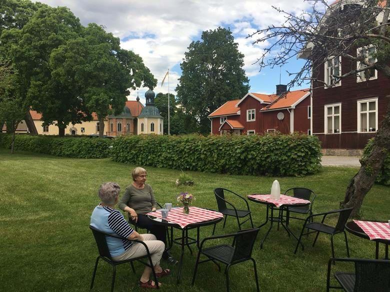 VÄLKOMNA TILL VADSBRO SKOLA & KYRKA  Café med hembakt bröd. Servering i skolträdgården (tält finns) och i den gamla skolsalen. Försäljning av alster från lokala hantverkare och ekologiska produkter från bygden. Onsdagarna 8 och 22 juli kl.19.00 – 21.00 café med allsång i skolträdgården. Kyrkan öppen