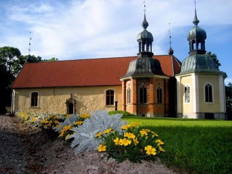Den vackra medeltidskyrkan med målningar av Albertus Pictor. Visning av kyrkan ute/inne med Britta Rosén. Söndagen den 4, 11,18 samt 25 juli kl. 14.00.  Caféet i skolan och skolträdgården är öppet 13.00-17.00