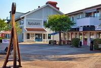 Hamntorget i Henån. En staty av ett vikingaskepp och Kulturhuset Kajutan i bakgrunden.